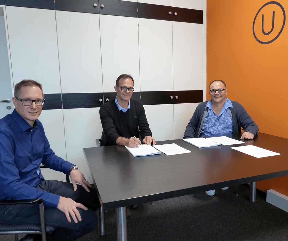 """Die Unterschrift mit der """"Brunn TK"""" (v.li. n.re.): Marko Brandt, Andreas Herget, Reinhard Brunn"""